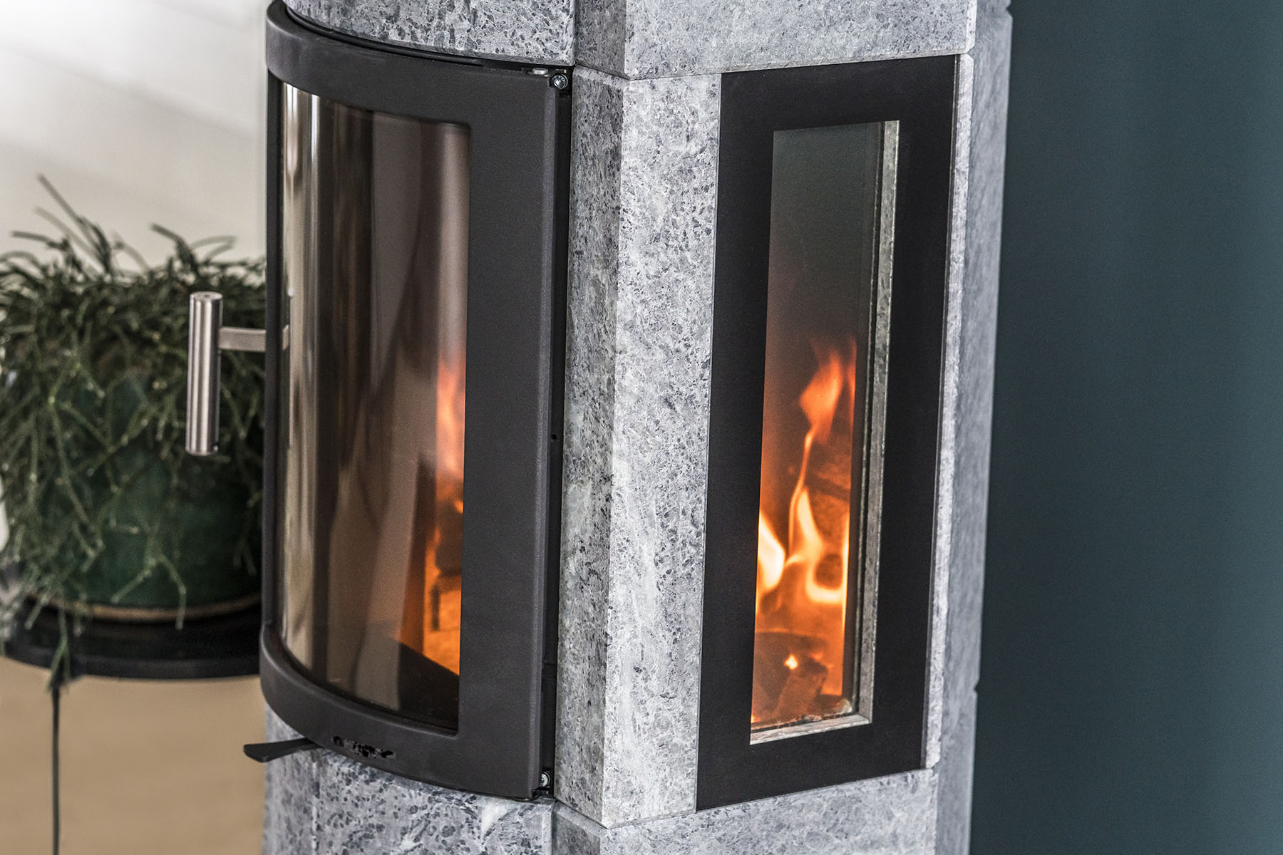 The Merethe models have smart details, such as the skilful meshing of the rounded stone at the front of the stove with the side stone.