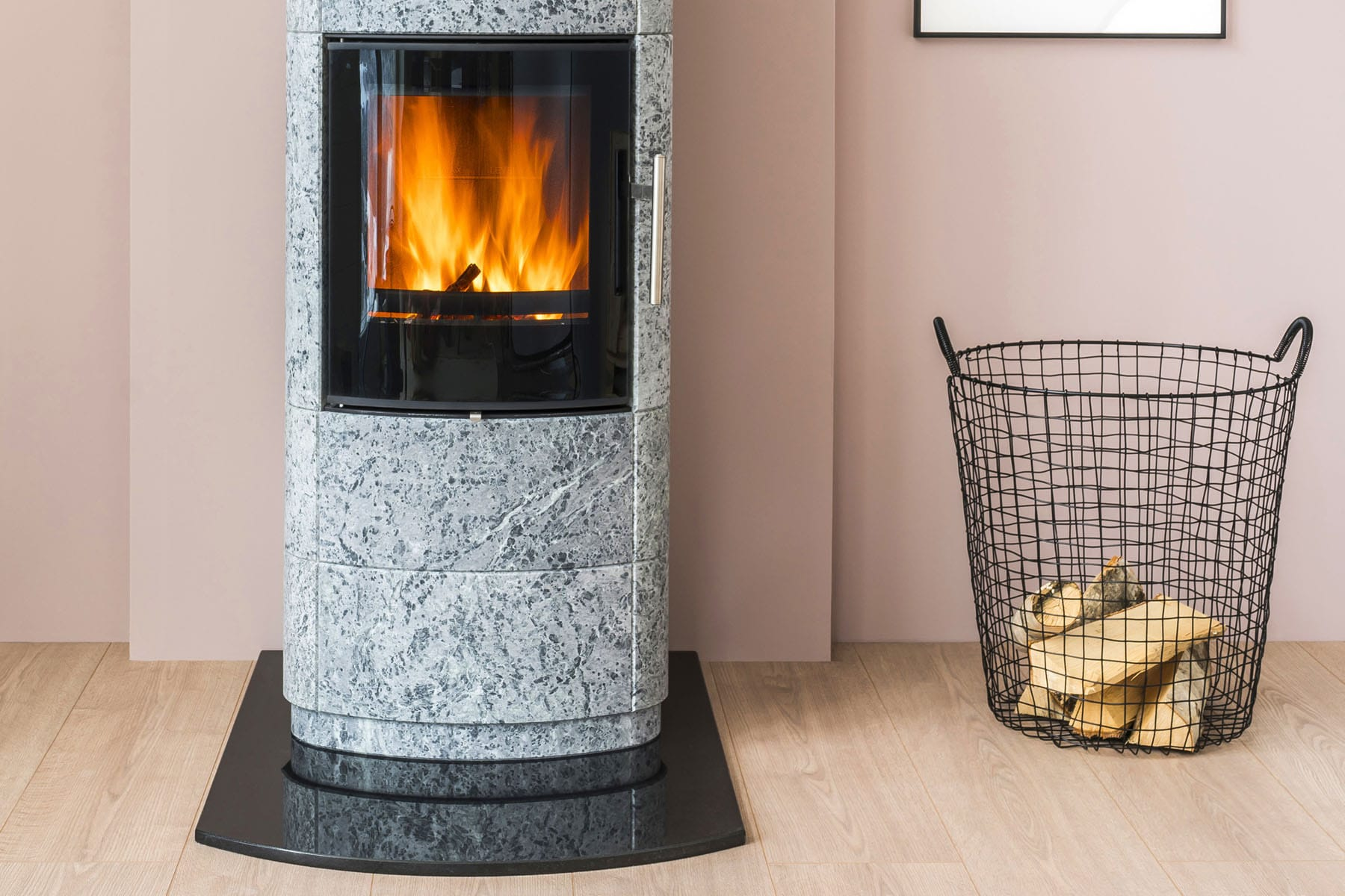 The baseplates are designed according to the shape and placement of the stove. We can supply suitably shaped baseplates for stoves placed in a corner and in front of a straight wall. In most models, the baseplates extend all the way to the back wall and protrude on the sides in order to create a stylish overall impression.