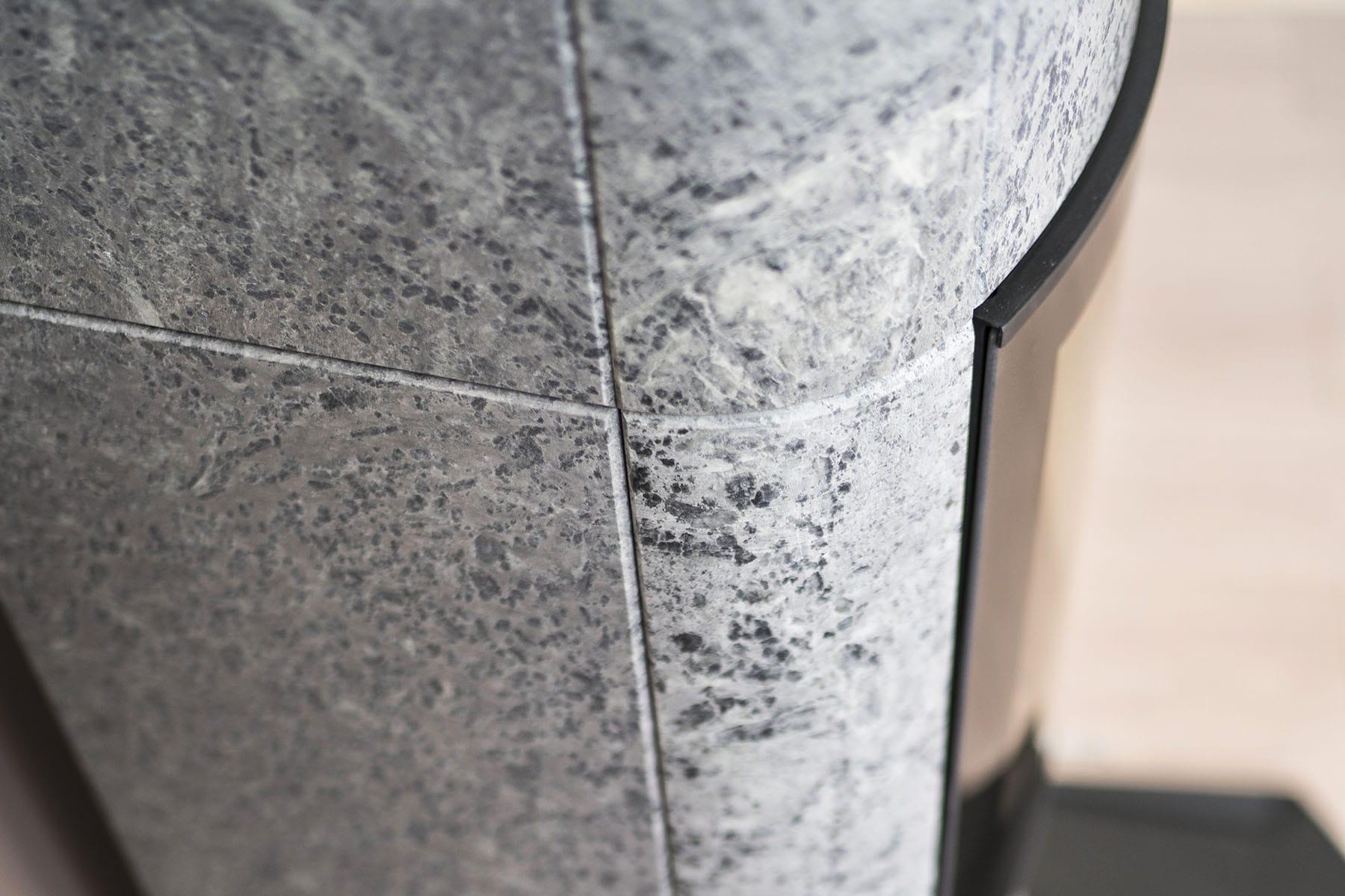 Marcello har lekre detaljer, slik som glassdøren som går i ett med steinen. Den runde hjørne steinen  er bøyd 110 grader bakover slik at bakenden blir   slankere. Dette gir ovnen et noe lettere uttrykk sett fra siden.