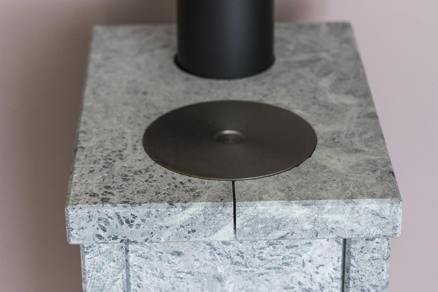 Koketoppen er nedfelt i toppsteinen. Koke topp-funksjonen vil kunne komme godt med når man mangler strøm, ved strømbrudd, eller man kun har en liten komfyr på hytta. Koketoppen er meget effektiv.  I tester hos en kunde har vi klart å koke flere  liter vann på under 10 minutter. Årsaken til det er at   varmen vil søke seg til det kaldeste punktet grunnet konstruk sjonen, samt materialets beskaffenhet.  Koketopp kan kun fås på modell 102.