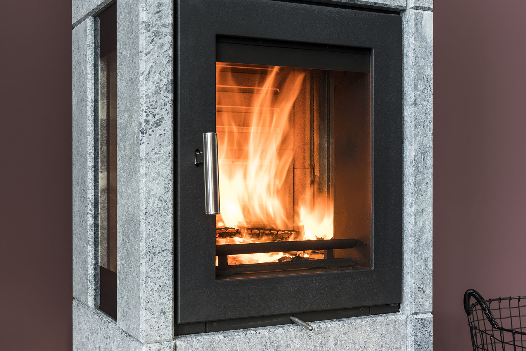 Håndtaket på alle våre ovner er av blankt stål med naturlig luftkjøling, slik at det kan tas på selv om ovnen er gjennomvarm.
